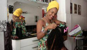 A cabeleleira Gerusa é responsável pela cabeça de alguns famosos - Foto: Mila Cordeiro | Ag. A TARDE
