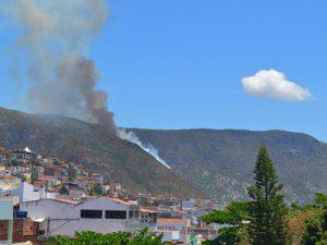 Incêndio atinge serra no bairro da Bananeira em Jacobina; veja vídeo