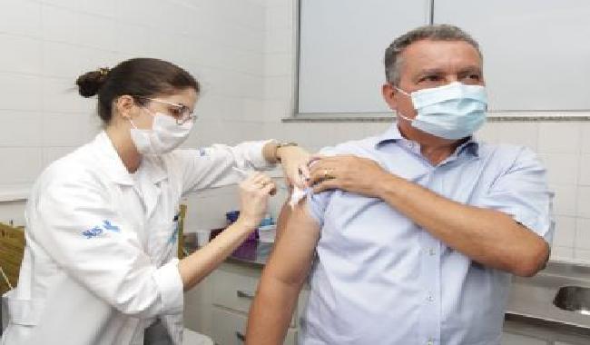 """Governador da Bahia Rui Costa recebe primeira dose de vacina contra a Covid-19 e declara : """"vou continuar trabalhando dia após dia para proporcionar essa emoção para todas as pessoas"""""""
